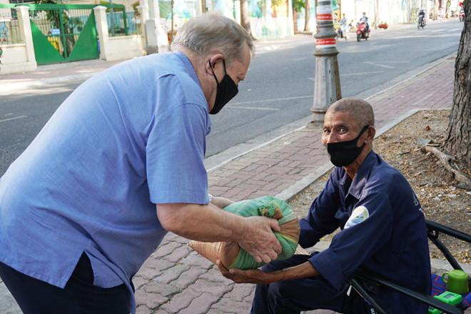 Người đàn ông Anh Quốc dạo khắp đường phố Vũng Tàu tìm người nghèo để phát gạo