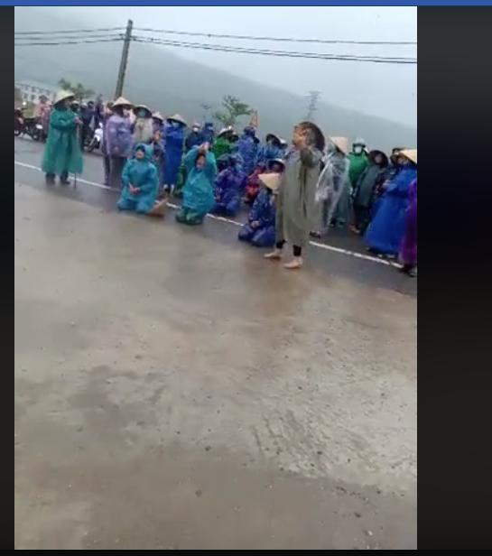Người dân Hà Tĩnh quỳ lạy nhà cầm quyền ngừng đổ chất thải Formosa