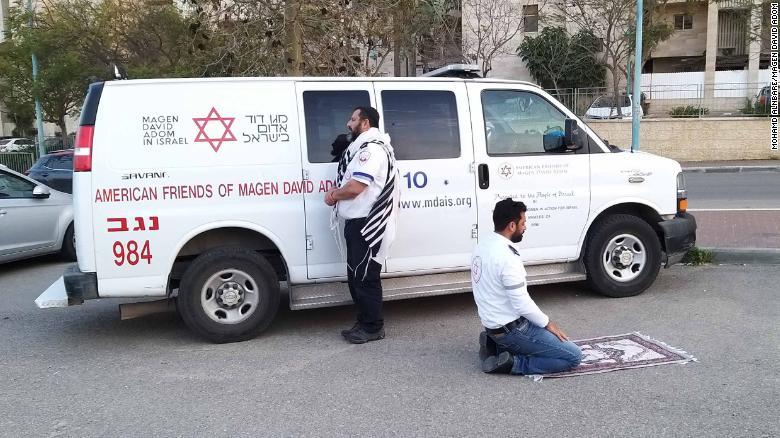 Khoảnh khắc đẹp giữa đại dịch: nhân viên y tế người Hồi Giáo và Do Thái tạm dừng công việc để cùng nhau cầu nguyện