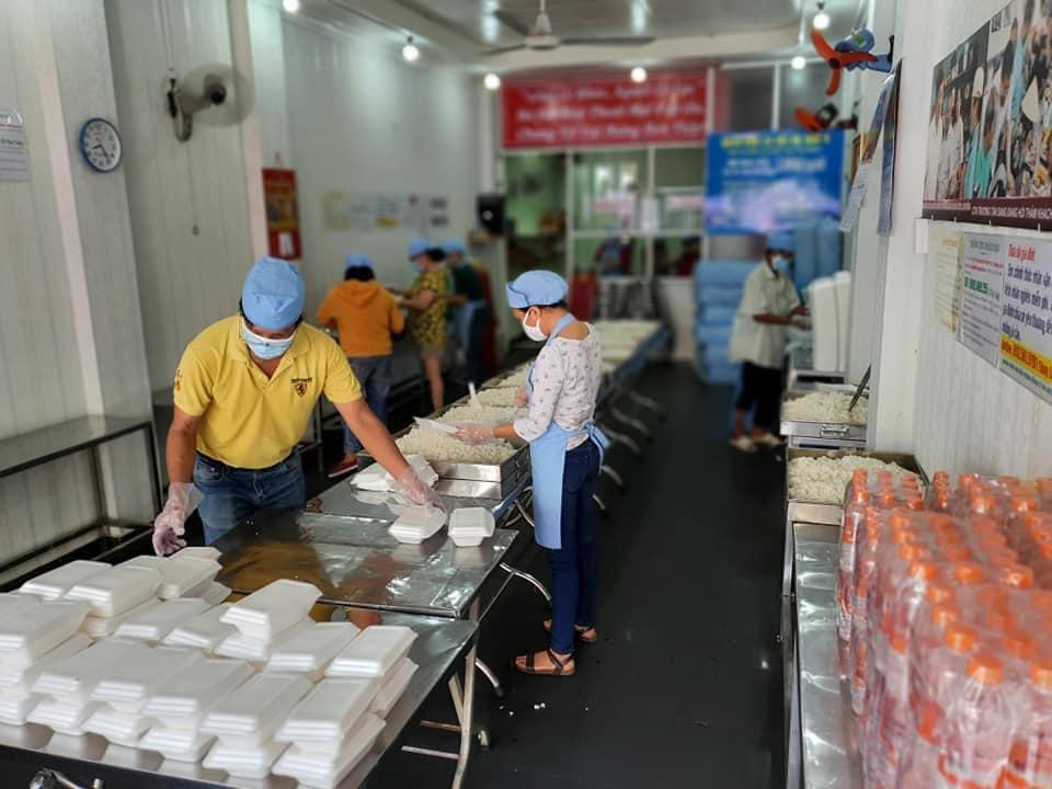 """Người Sài Gòn """"đua nhau"""" làm từ thiện giúp người nghèo trong mùa dịch"""