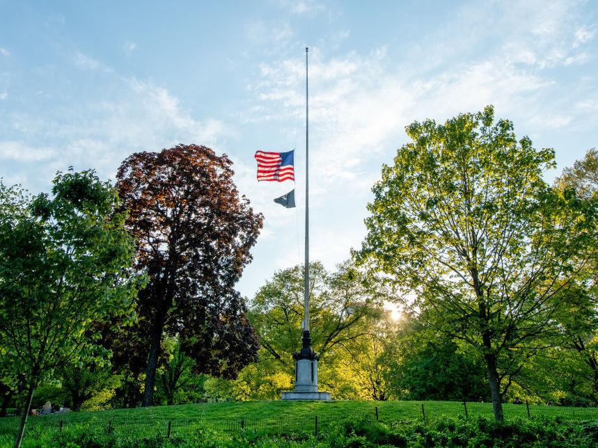 Tổng Thống Trump ra lệnh treo cờ rũ để tưởng niệm gần 100,000 người Mỹ chết vì COVID-19