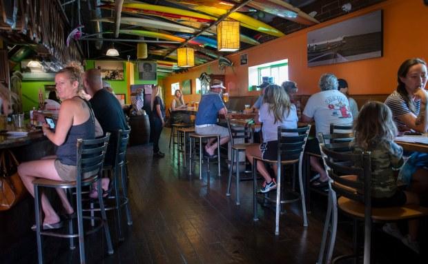 Nhà hàng, trung tâm thương mại tại quận Cam được phép mở cửa trở lại nhân dịp lễ Chiến Sĩ Trận Vong