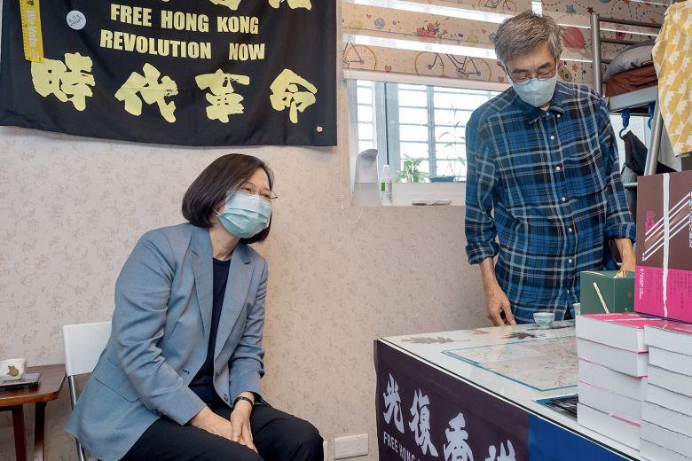 Tổng Thống Đài Loan Thái Anh Văn ghé thăm cửa hàng sách để thể hiện tình đoàn kết với người Hồng Kông