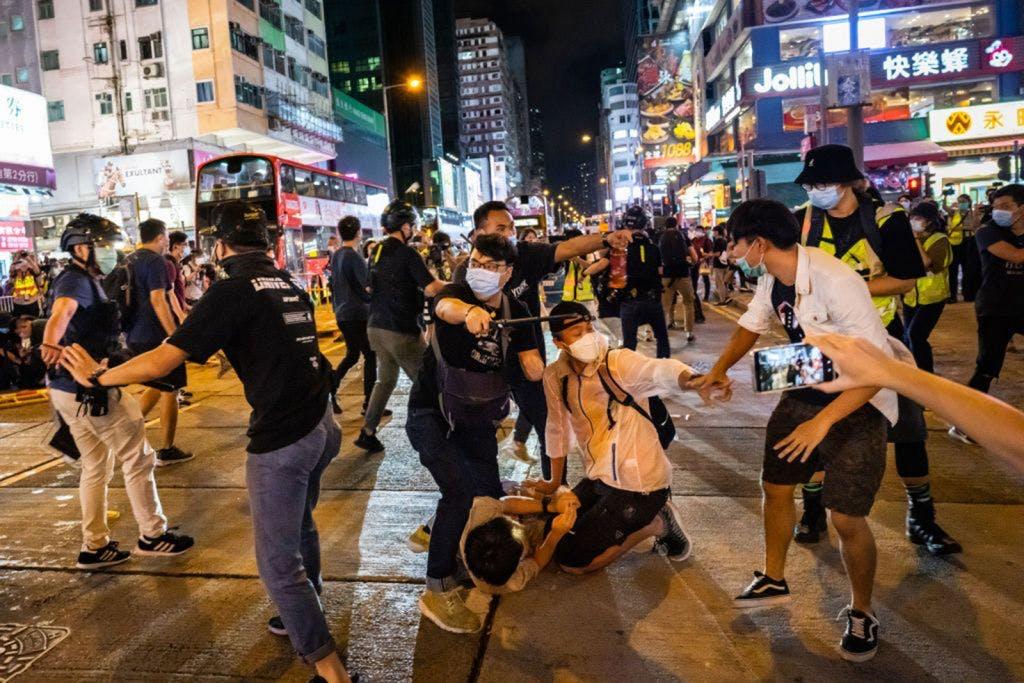 Cảnh sát gia tăng bắt bớ khi hàng ngàn người tham gia sự kiện tưởng niệm Thiên An Môn của Hồng Kông