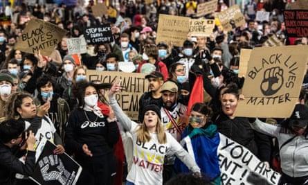 Hàng ngàn người biểu tình tham gia cuộc diễn hành Black Lives Matter ở Sydney