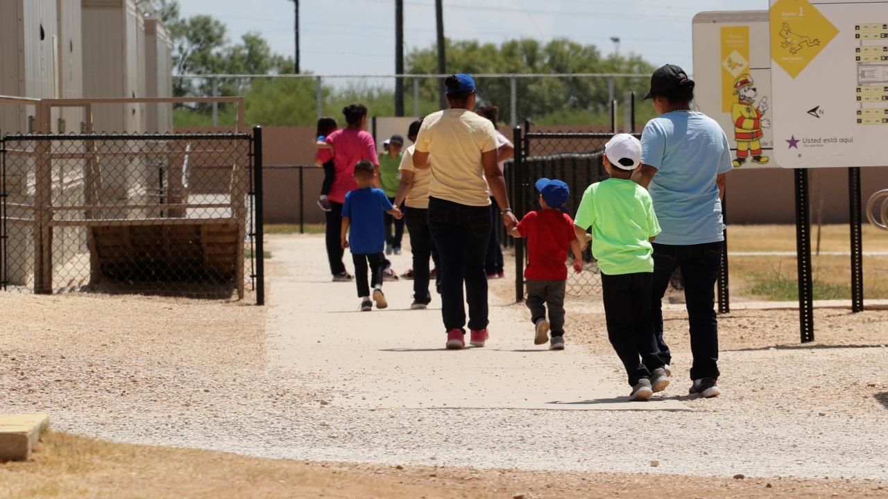 Thẩm phán liên bang ra lệnh Cơ quanDi TrúHoa Kỳ thả trẻ em di dân ra khỏi các trung tâm giam giữ gia đình