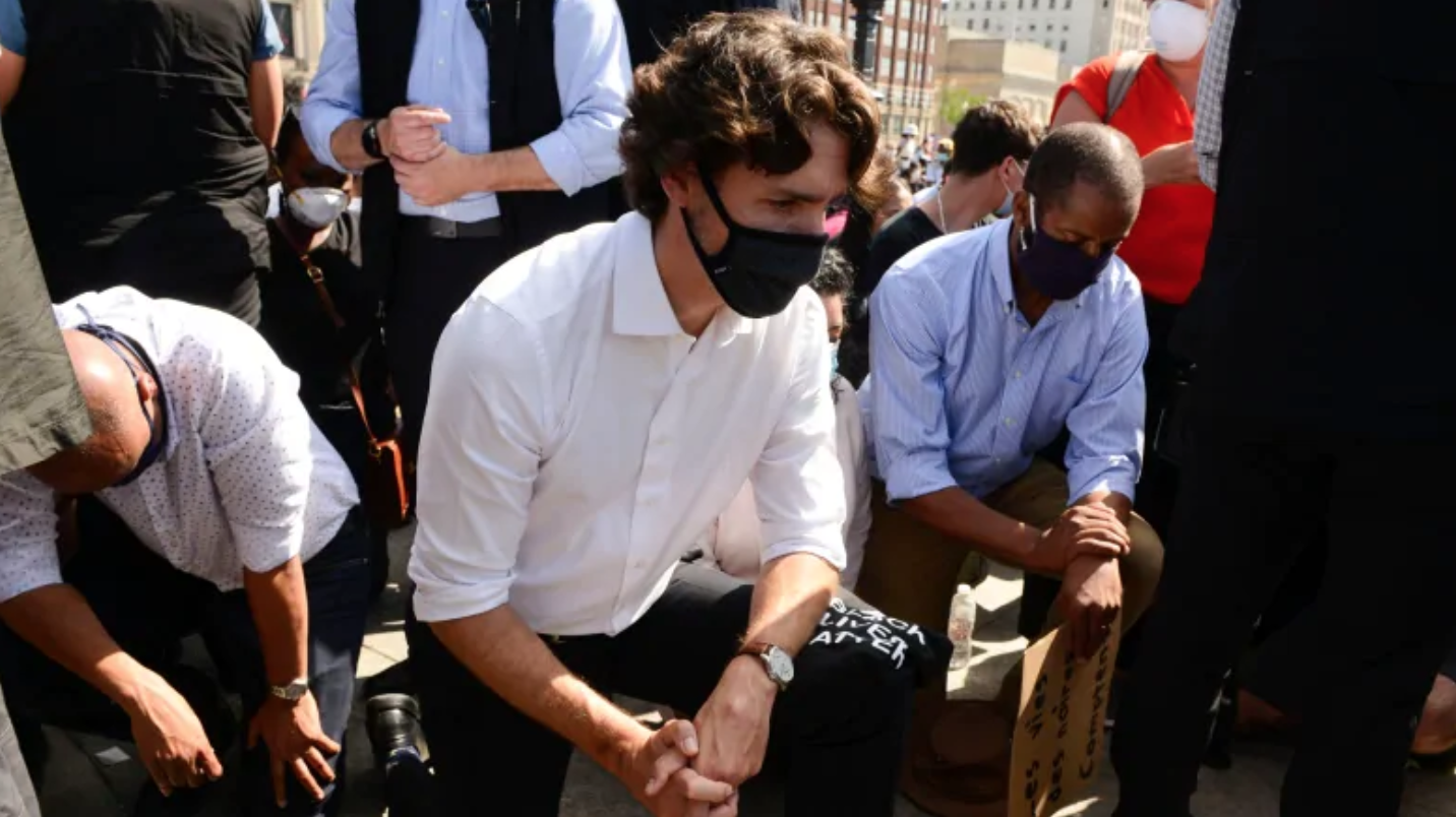 Thủ Tướng Canada quỳ gối trong cuộc biểu tình chống kỳ thị chủng tộc ở Parliament Hill