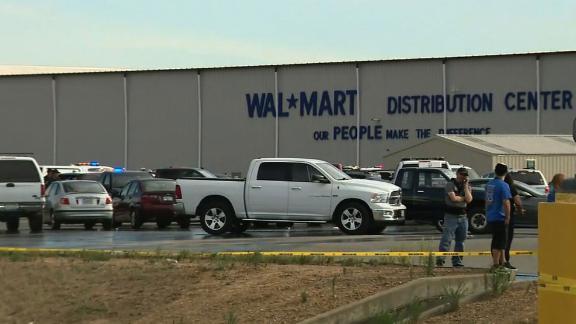 Nghi can nổ súng tại trung tâm phân phối của Walmart đã bị sa thải trước khi thực hiện vụ tấn công