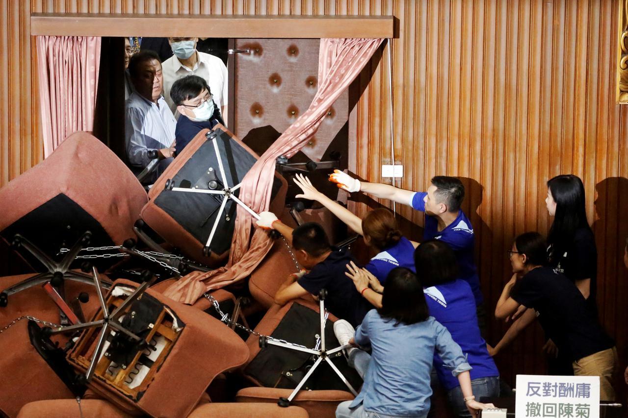 Phe đối lập chiếm phòng nghị viện Đài Loan