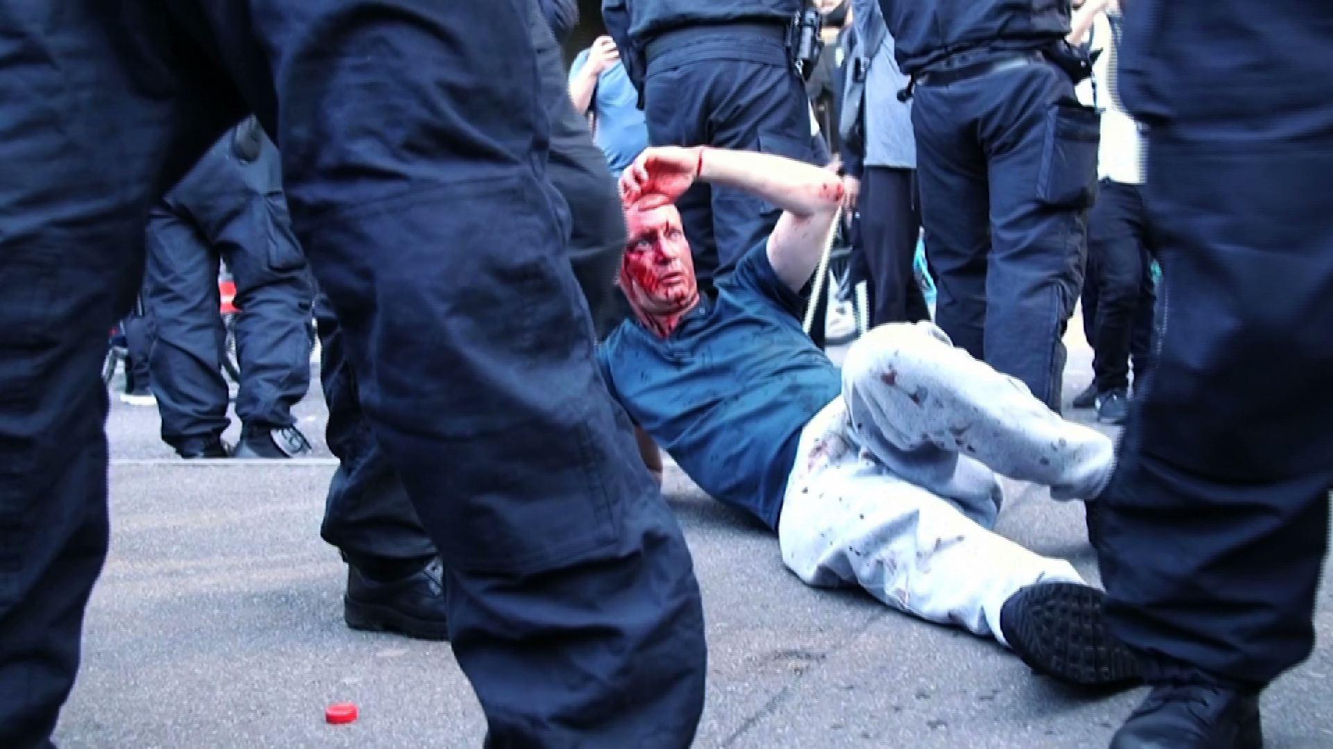 """Thủ Tướng Anh – Boris Johnson lên án những người biểu tình cực hữu ở London là """"những kẻ côn đồ"""""""