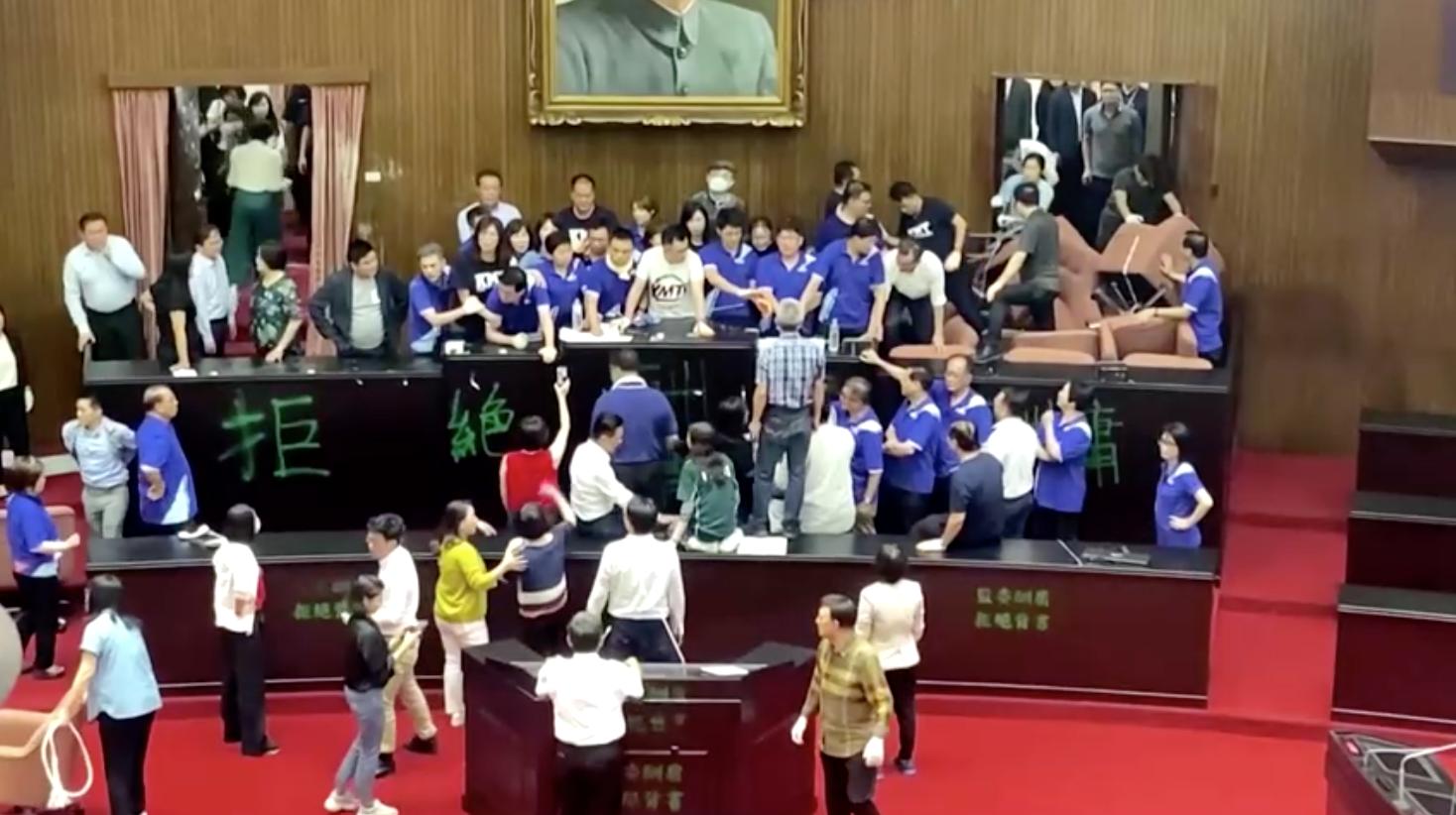 Tình trạng bạo lực tiếp tục bùng nổ khi phe đối lập của Đài Loan tái chiếm Nghị viện