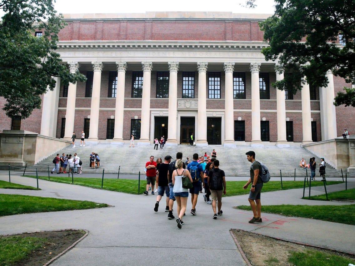 Đại học Harvard và MIT yêu cầu tòa án ngừng chính sách mới của Tổng Thống Trump, cho phép sinh viên ngoại quốc học trực tuyến toàn thời gian ở lại Hoa Kỳ