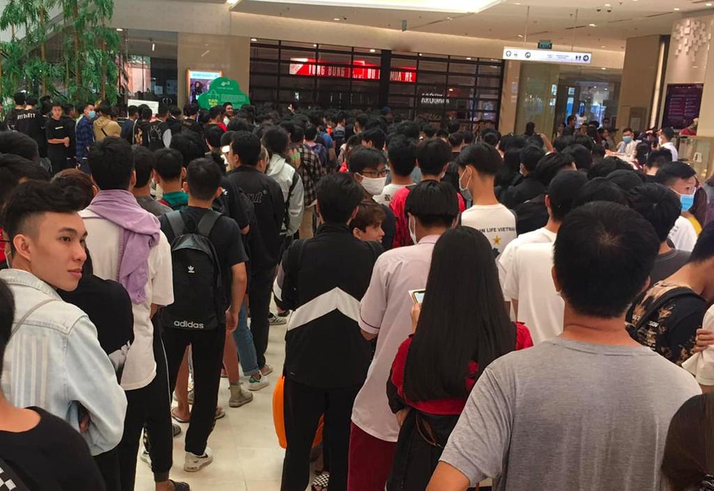 Giới trẻ ở Sài Gòn chen nhau, xô đẩy đứng chờ từ 4 giờ sáng để mua mẫu giày mới ra
