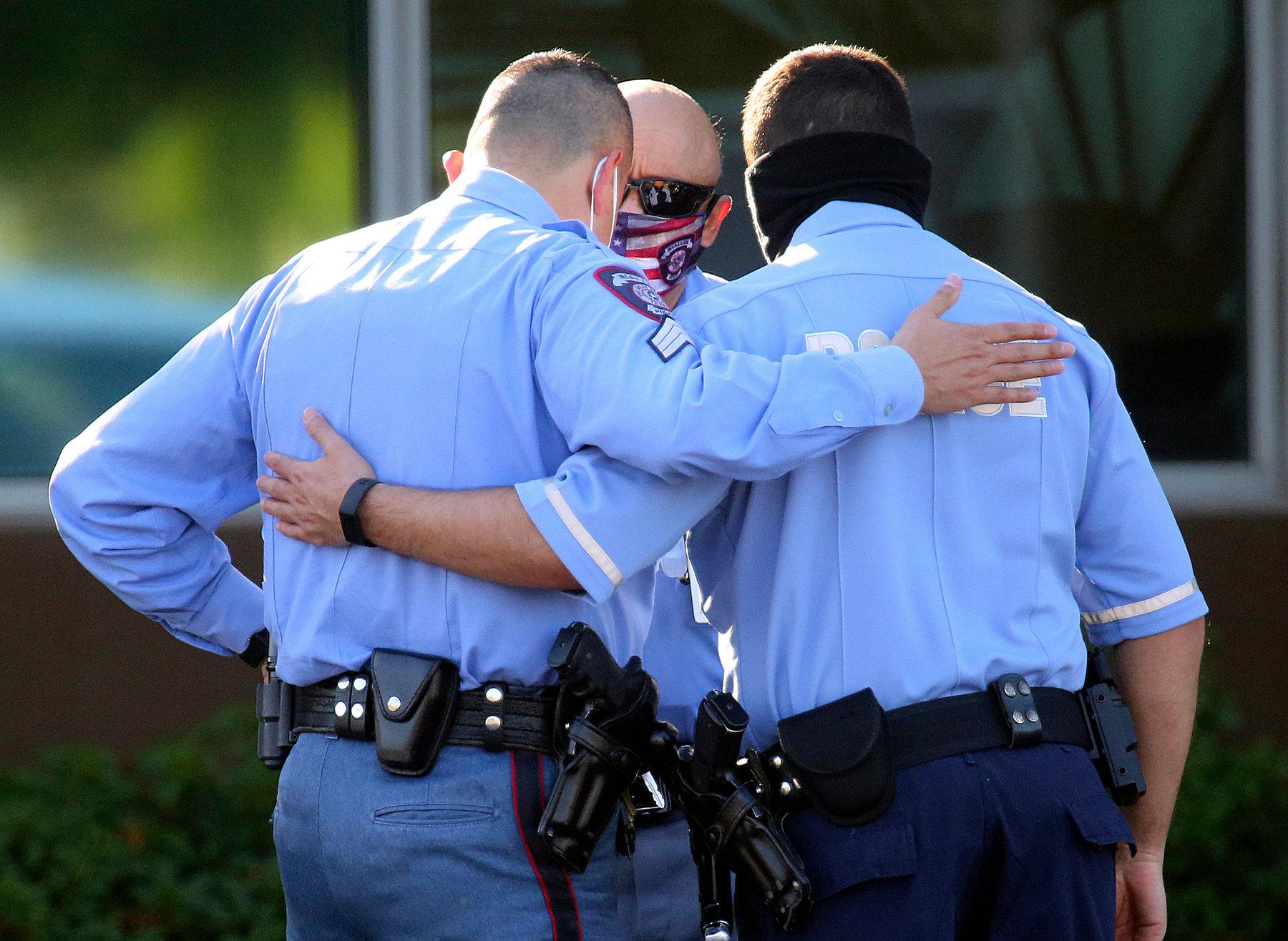 Một thanh niên bắn chết hai cảnh sát rồi sau đó tự sát