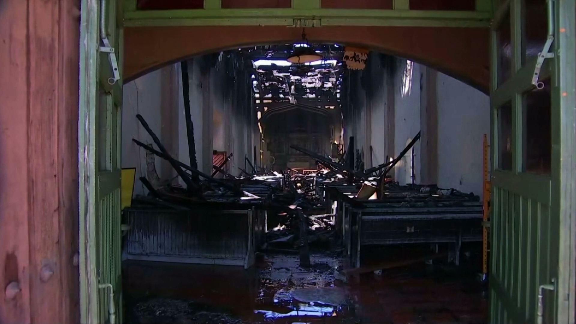 Cảnh sát điều tra truy tìm nguyên nhân gây ra vụ cháy lớn làm hư hại nhà thờ San Gabriel Mission