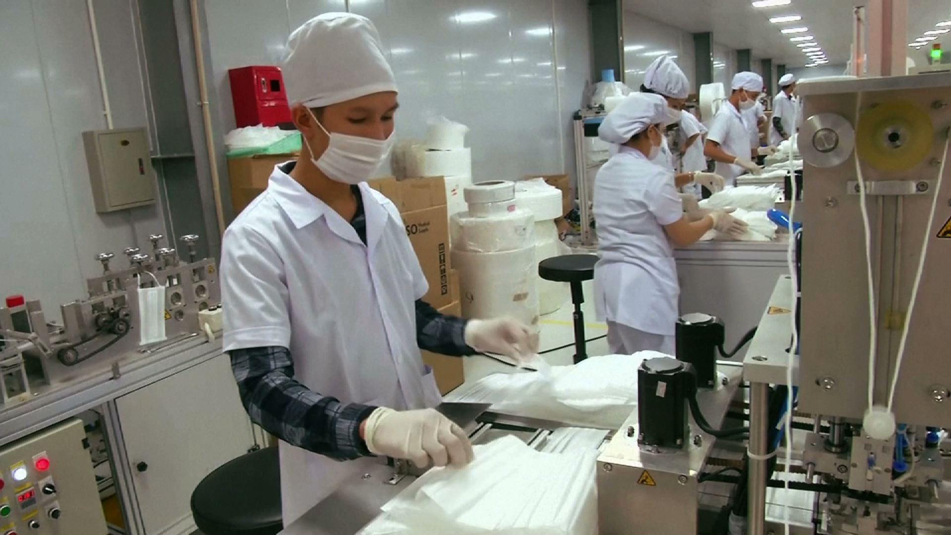Công ty sản xuất khẩu trang Việt Nam tăng sản lượng khi dịch COVID-19 bùng phát trở lại