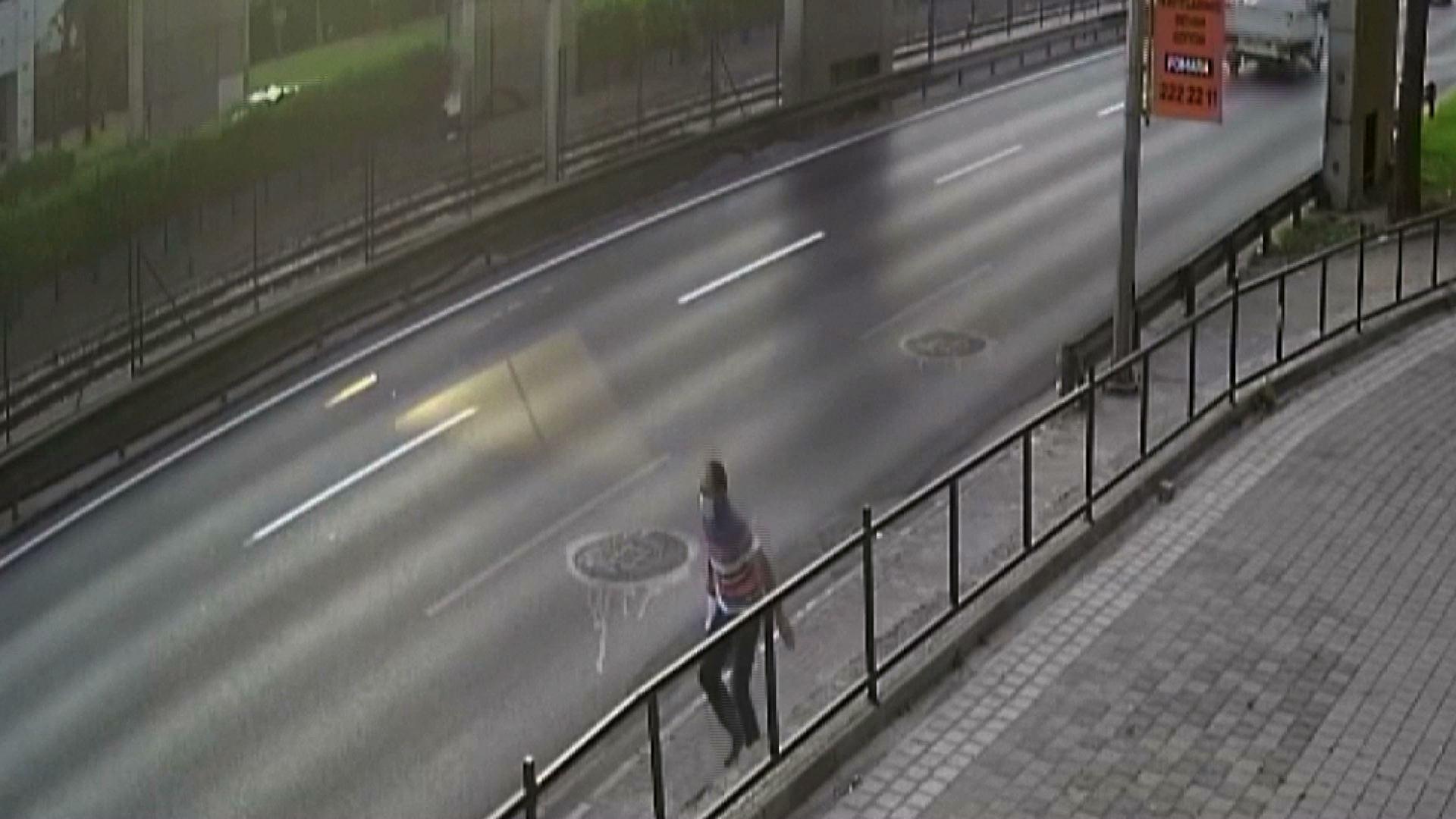 Video CCTV ghi lại khoảnh khắc người đàn ông ở Thổ Nhĩ Kỳ thoát chết