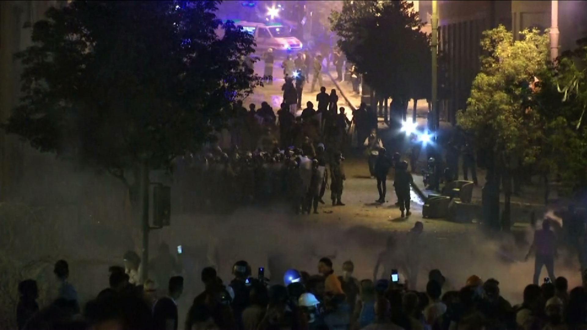 Cảnh sát Beirut bắn hơi cay khi người biểu tình – hai bộ trưởng từ chức