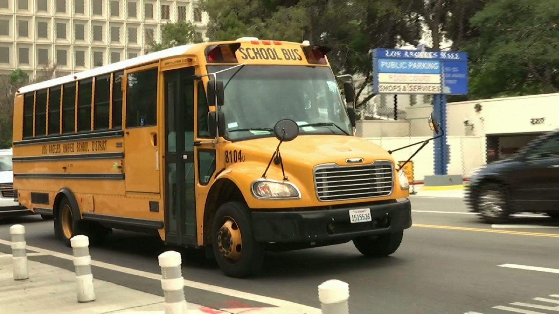 Các tài xế xe buýt trường học biểu tình để yêu cầu tài trợ coronavirus