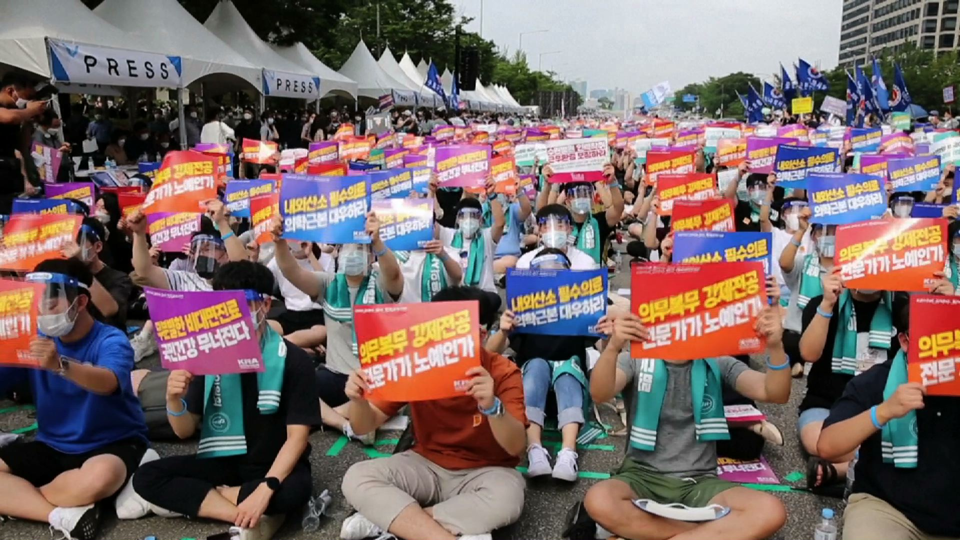 Các bác sĩ ở Nam Hàn đình công để phản đối kế hoạch y tế, khi các ca nhiễm coronavirus mới gia tăng