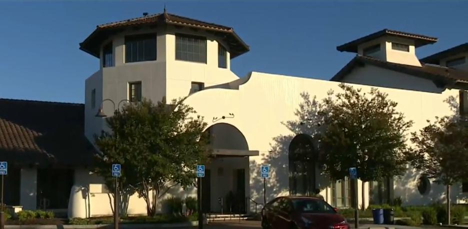 Một nhà thờ tại California bất chấp lệnh cấm và tổ chức các buổi lễ trong nhà khi đại dịch coronavirus vẫn còn lan rộng