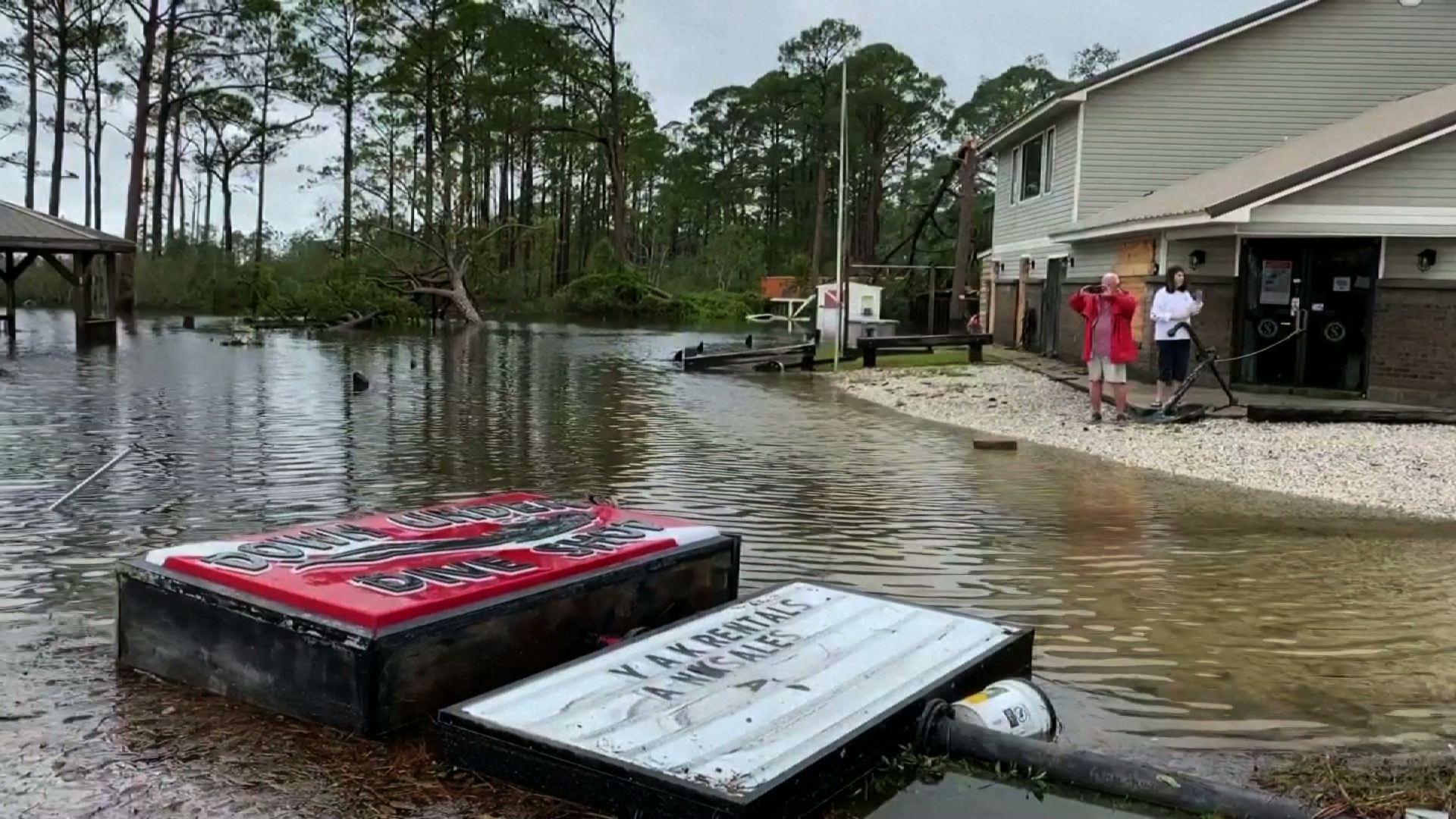 Bão Sally làm ngập lụt nhiều căn nhà và công ty ở Alabama và Florida
