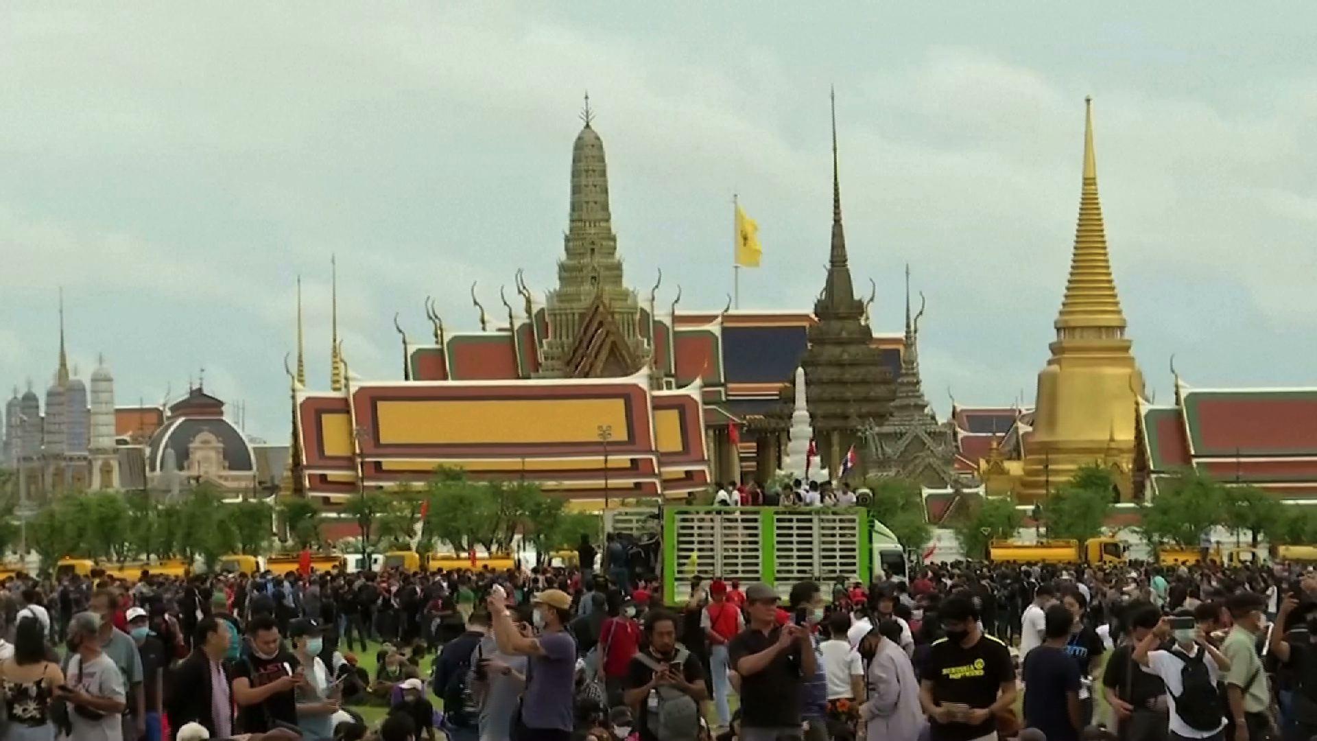 Cuộc biểu tình lớn nhất của Thái Lan trong nhiều năm qua nhắm vào chính phủ và chế độ quân chủ
