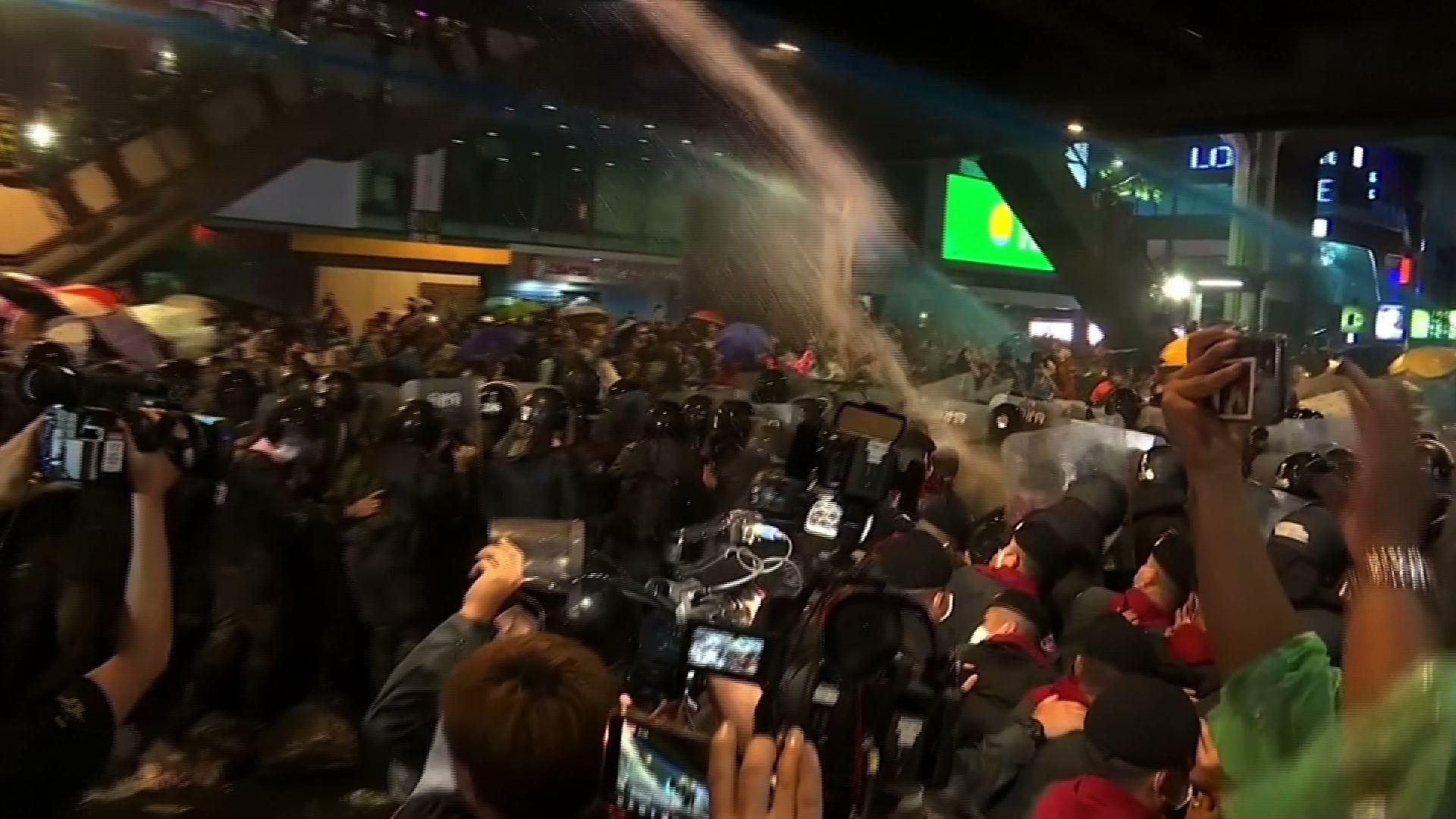 Người dân Thái Lan biểu tình hàng loạt bất chấp lệnh cấm