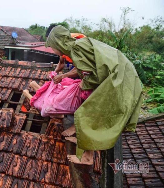 Người dân vùng lũ cầu cứu suốt 3 ngày không có thực phẩm, nhà cầm quyền huyện không cho đò đi cứu người