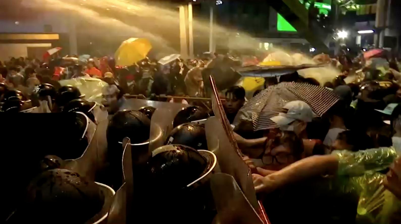 Cảnh sát Thái Lan dùng vòi rồng để giải tán người biểu tình
