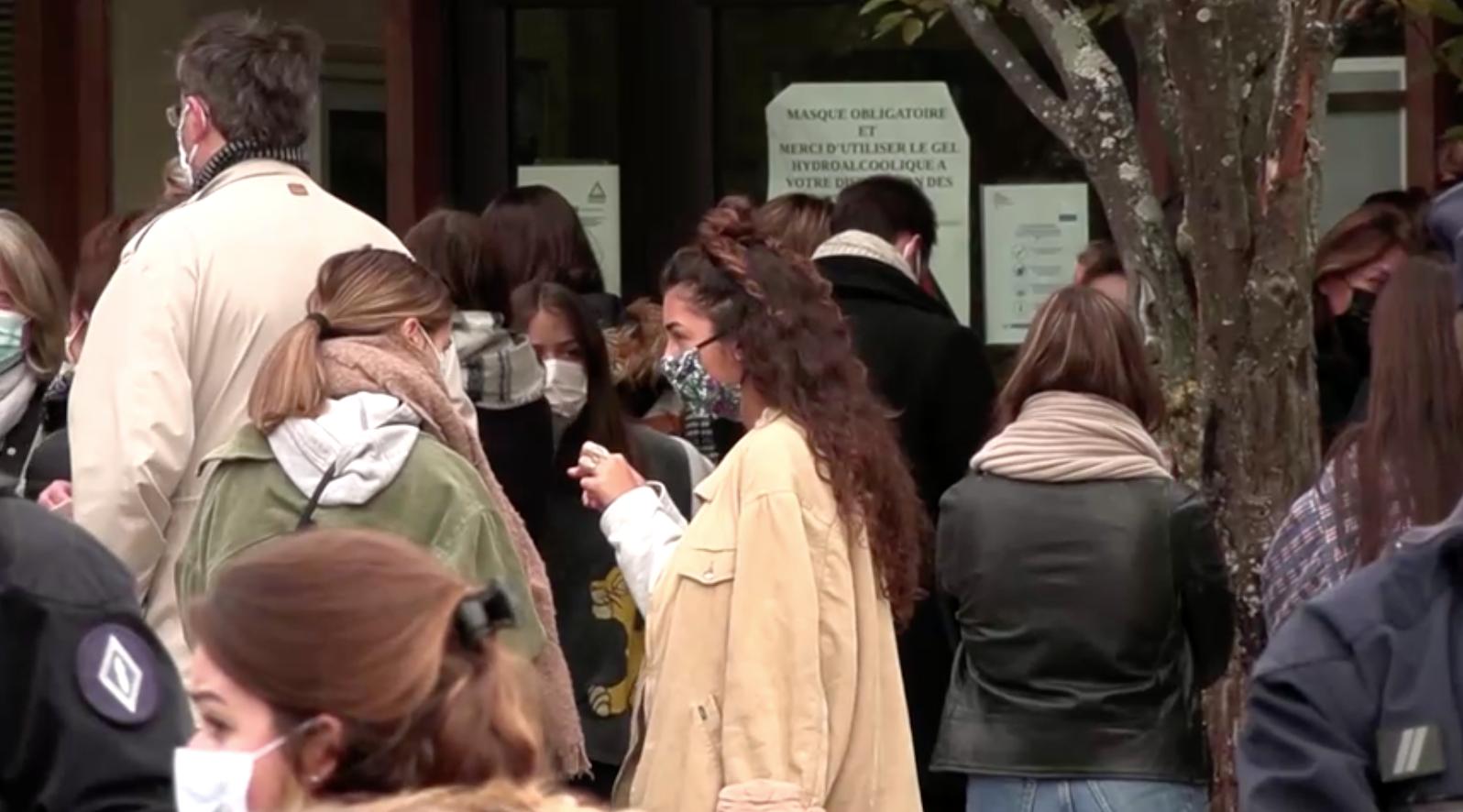 Cảnh sát Pháp bắt giữ một sốnghi cansau khi một giáo viên bị chặt đầu ở ngoại ô Paris