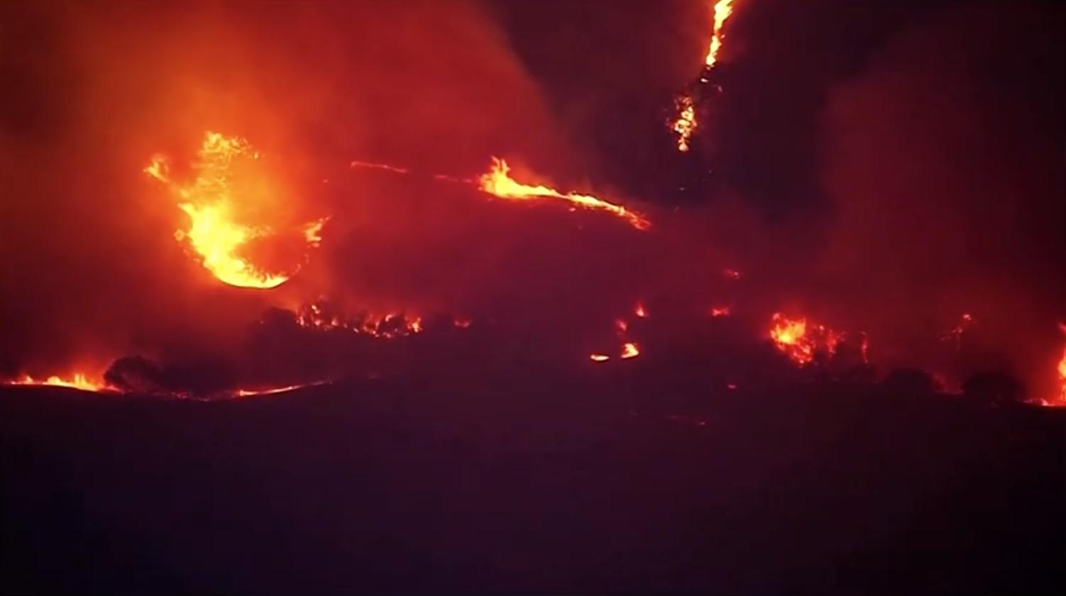 Hàng trăm lính cứu hỏa vật lộn với đám cháy rừng Silverado Fire
