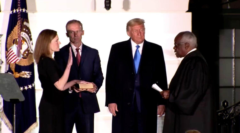 Tổng Thống Trump chúc mừng Thẩm Phán Amy Coney Barrett sau khi được xác nhận