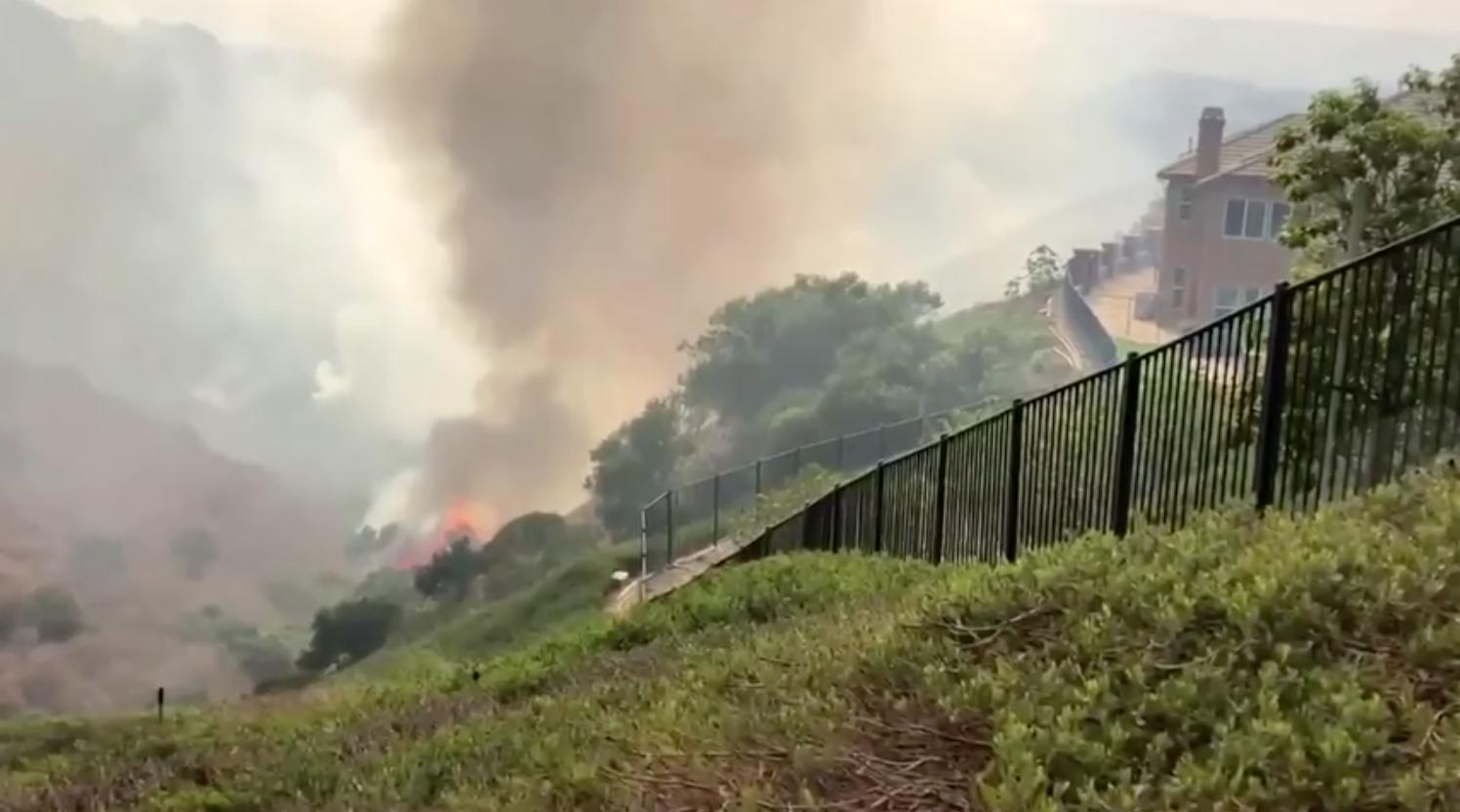 Gió yếu dần hỗ trợ cho nỗ lực dập tắt hai đám cháy rừng lớn tại quận Cam