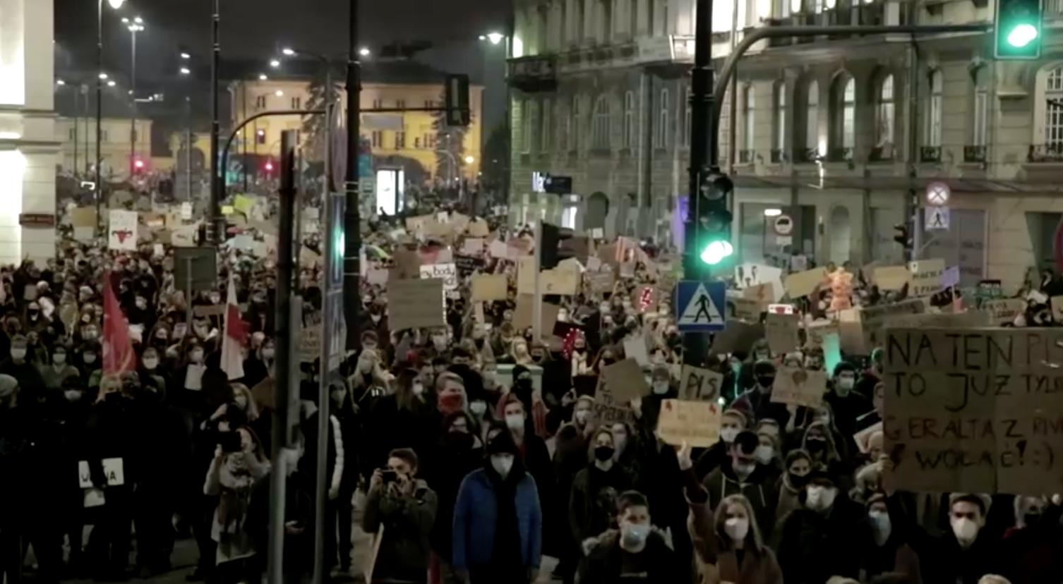 Cảnh sát đe dọa sẽ hành động cứng rắn hơn khi hàng nghìn người tham gia biểu tình về luật cấm phá thai ở Ba Lan