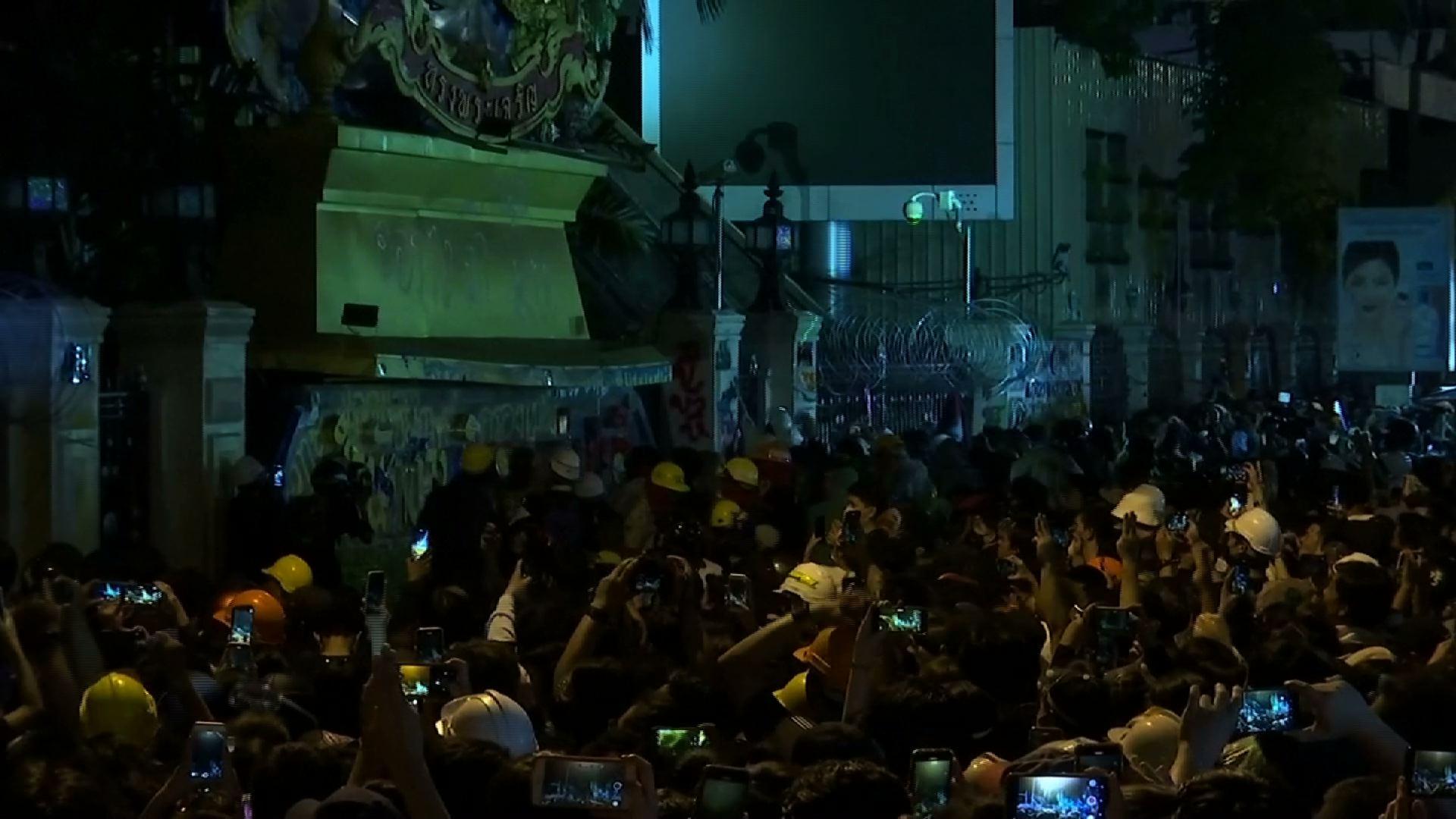 Dân chúng Thái Lan tiếp tục xuống đường biểu tình, bất chấp tình trạng bạo lực