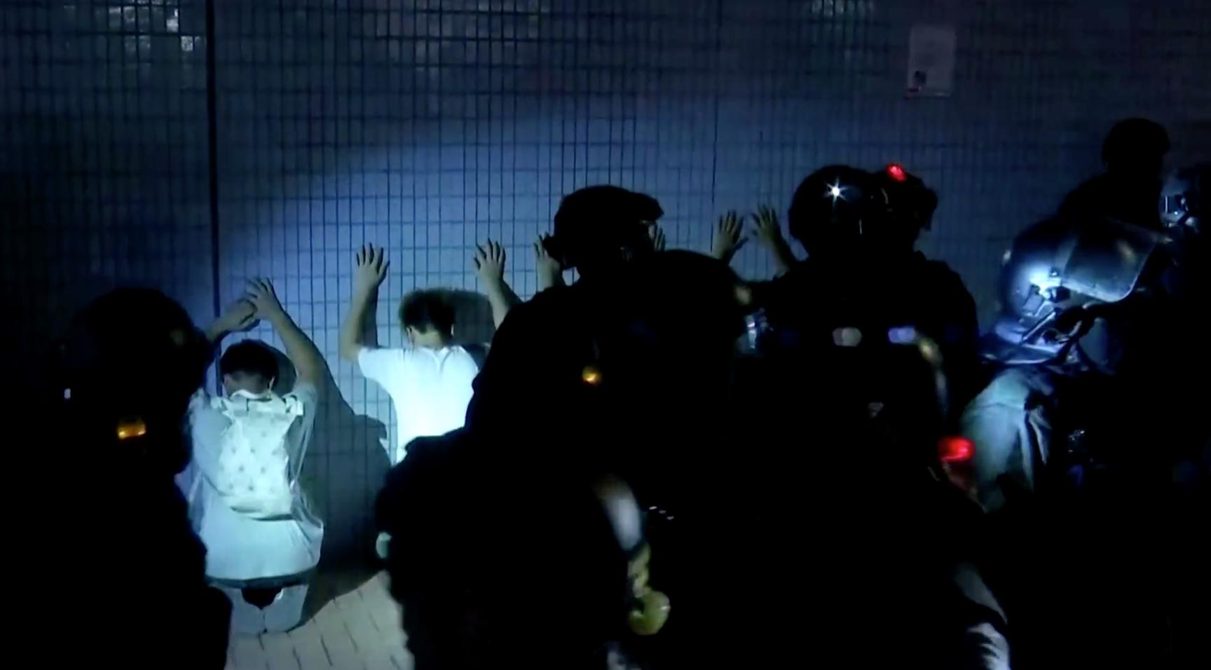 Cảnh sát Hồng Kông bắt giữ nhà làm phim đứng sau cuộc điều tra về vụ tấn công Yuen Long