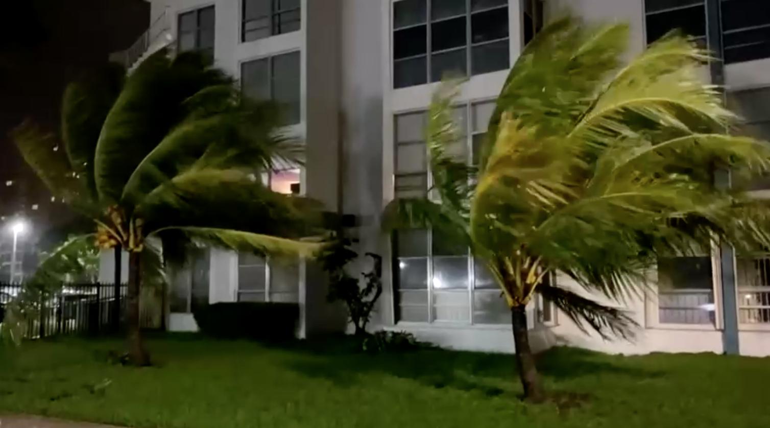 Bão Eta mạnh lên vào đầu ngày thứ tư khi tiến gần đến Florida