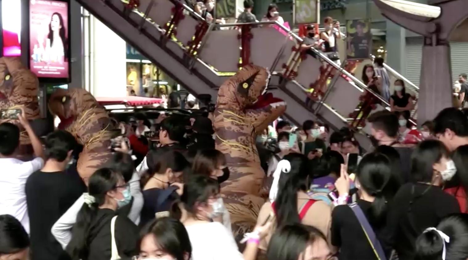 Học sinh Thái Lan biểu tình phản đối những người mặc trang phục khủng longủng hộ chính quyền