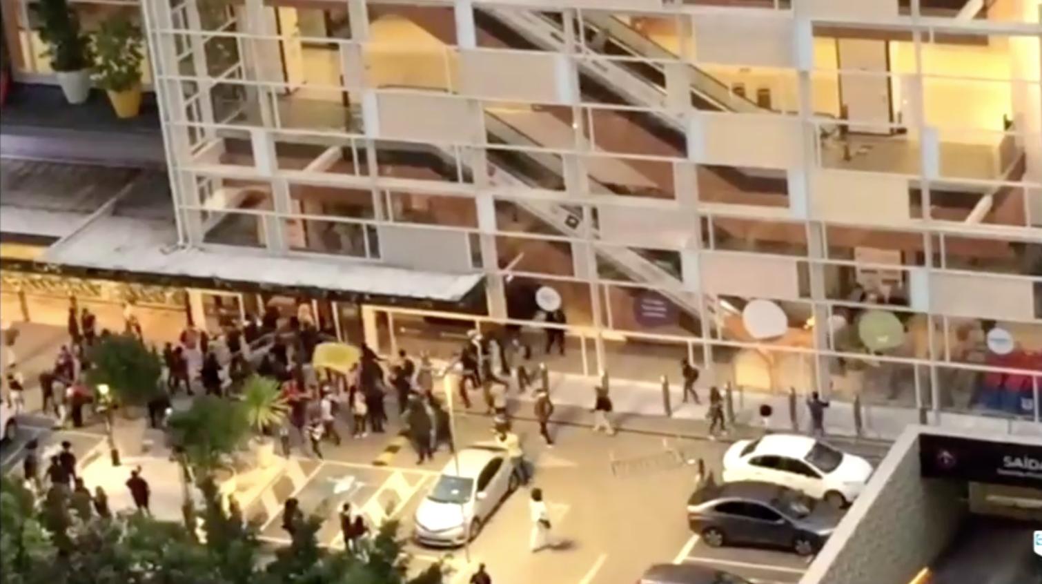 Bạo lực bùng phát ở Brazil sau khi người đàn ông da đen bị đánh chết tại cửa hàng Carrefour