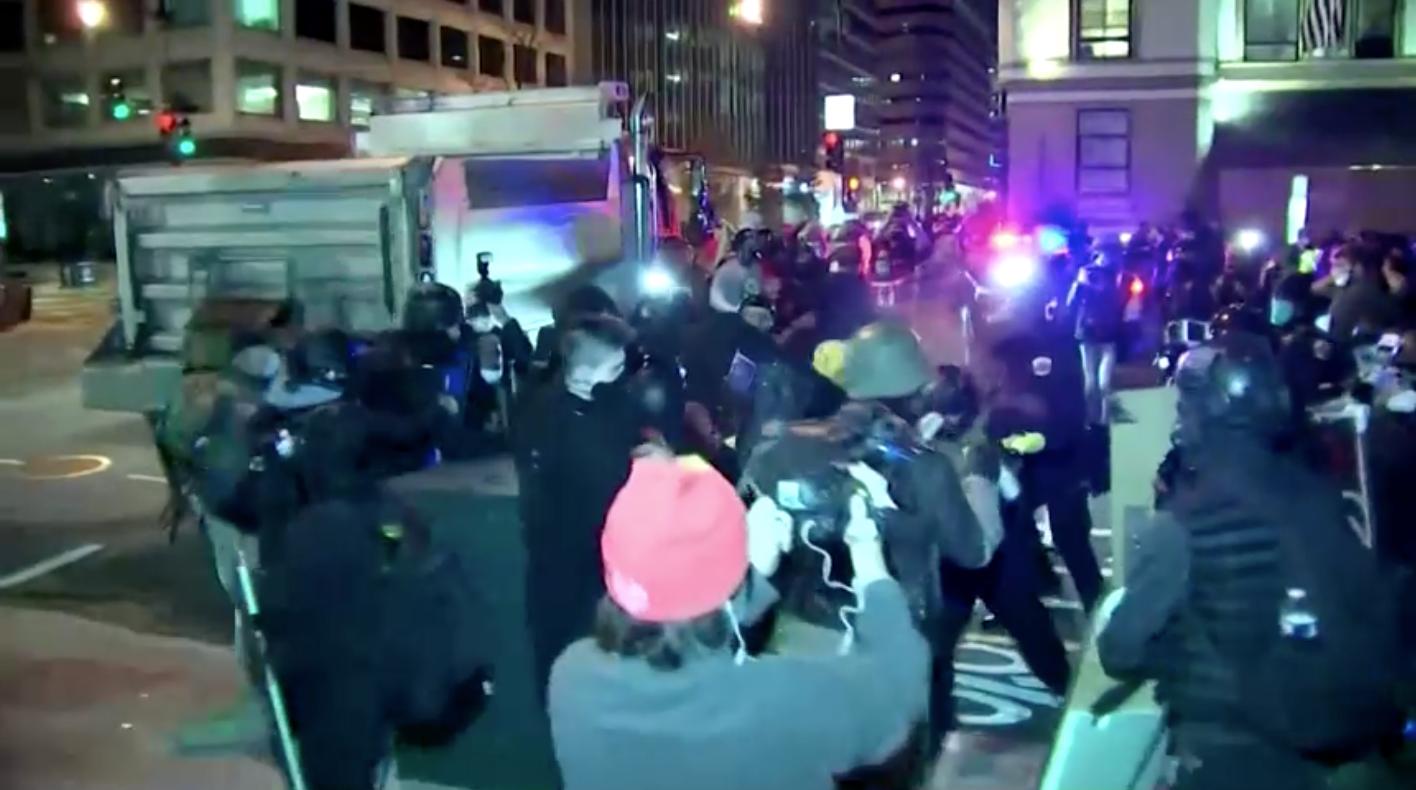 4 người bị đâm, 23 người bị bắt tại Washington, D.C. khi những người ủng hộ và phe chống Tổng Thống Trump đụng độ nhau