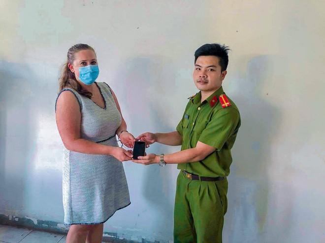 Nhân viên lãnh sự Hoa Kỳ bị giật điện thoại tại Sài Gòn