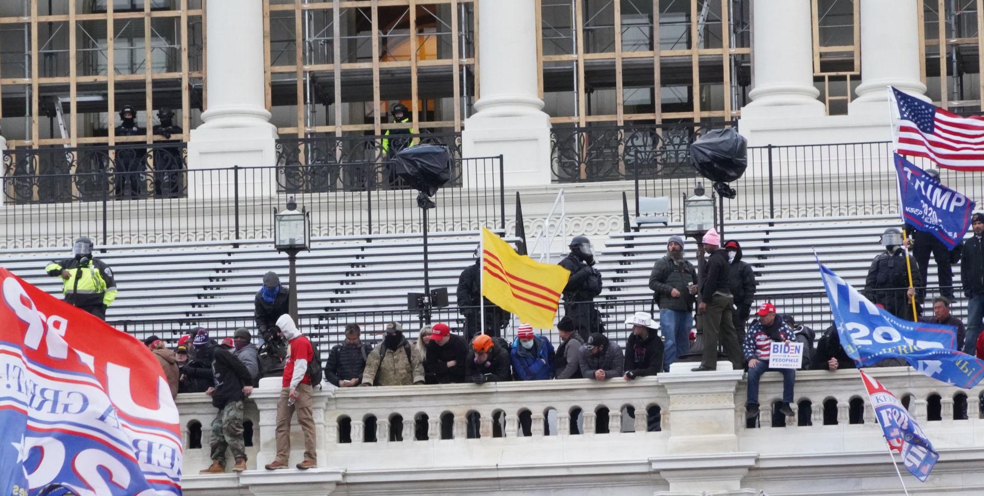 Bạo động Mỹ – Lá cờ Việt (Phạm Trần)