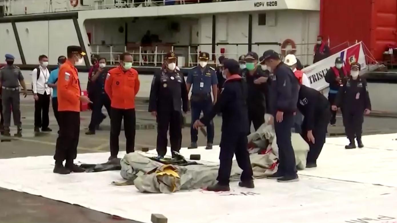 Indonesia tìm thấythi thể, mảnh kim loại và phát hiện tín hiệu khẩn cấp của phi cơ gặp nạn