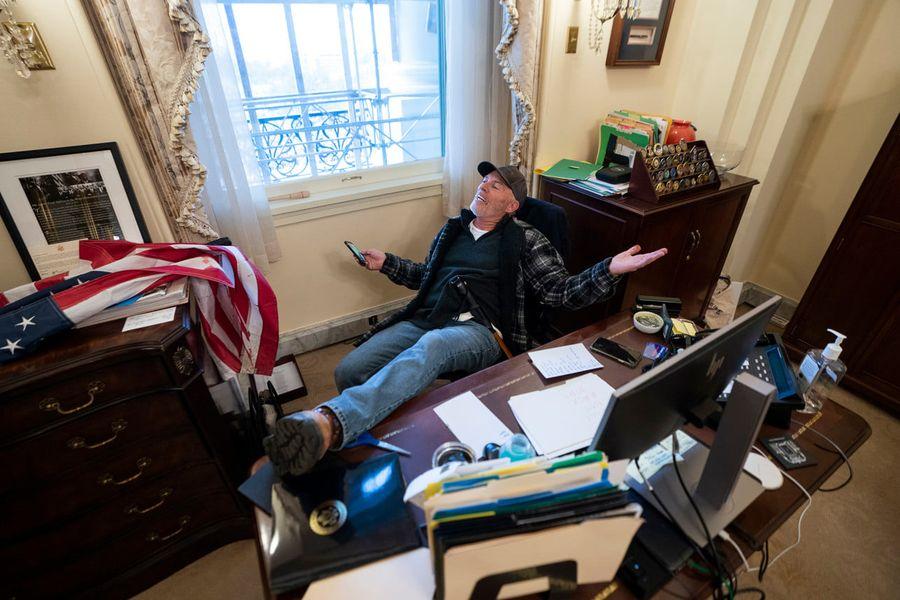 Người đàn ông trong hình để chân trên bàn trong văn phòng của Chủ Tịch Hạ Viện Pelosi đã bị bắt