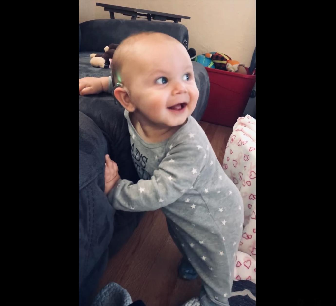 Em bé khiếm thính bẩm sinh cười phấnkhởivà nhảy múa khi nghe nhạc lần đầu tiên sau khi được phẩu thuật