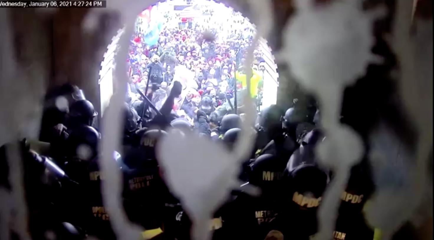 Các viên chức liên bang truy tố hơn 300 người liên quan đến vụ bạo loạn ởtòa nhà Quốc Hội