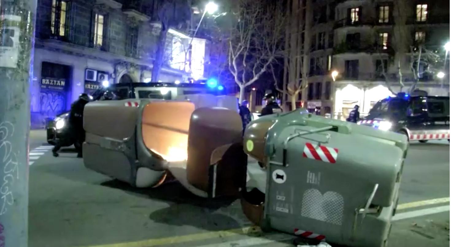 Mười người bị bắt ở Barcelona khi các vụ biểu tình phản đối việc bỏ tù rapper Pablo Hasel trở nên bạo lực