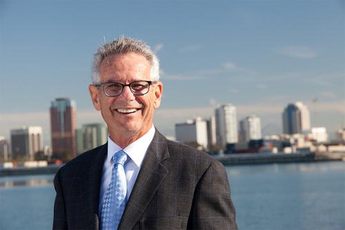 Dân biểu Liên bang Alan Lowenthal bảo trợ hai dự luật nhằm hỗ trợ các nhà hàng và bảo vệ người nhận trợ cấp thất nghiệp