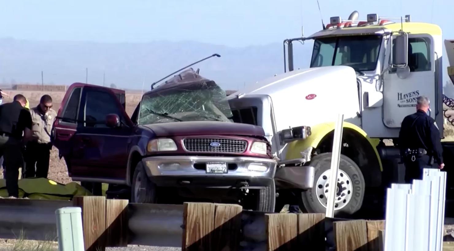 Xe tải chở đá tông trúng xe SUV tại California, 13 người thiệt mạng